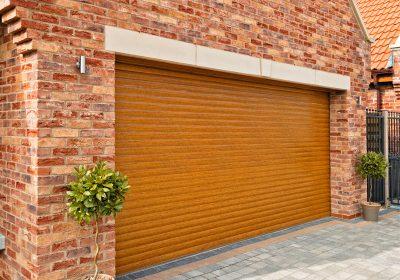 Weatherproof floor seals on garage doors